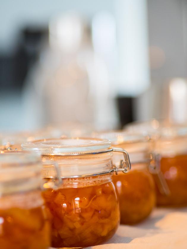 Birnen Chutney mit Ingwer und Zimt Chutney in Gläser abgefüllt