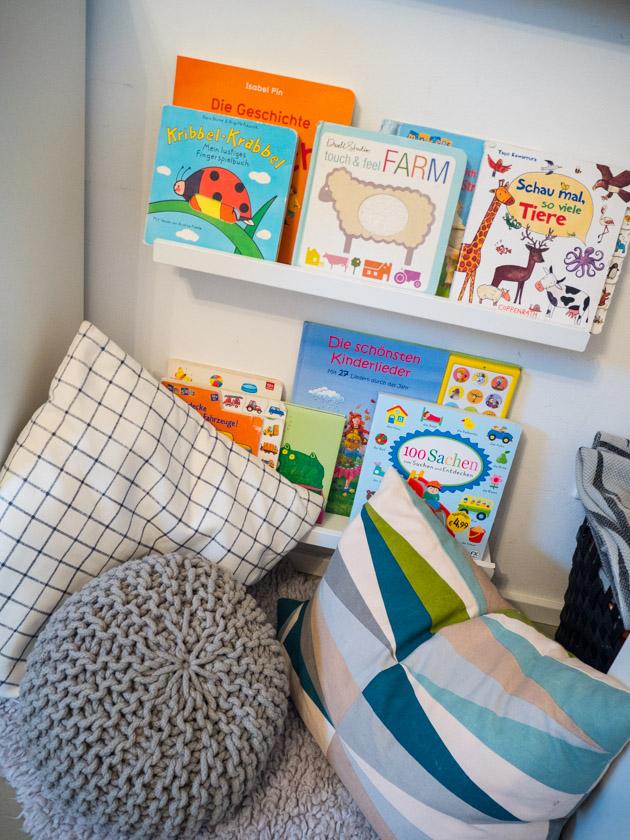 Ordnung im Kinderzimmer - Bücherleiste mit Büchern