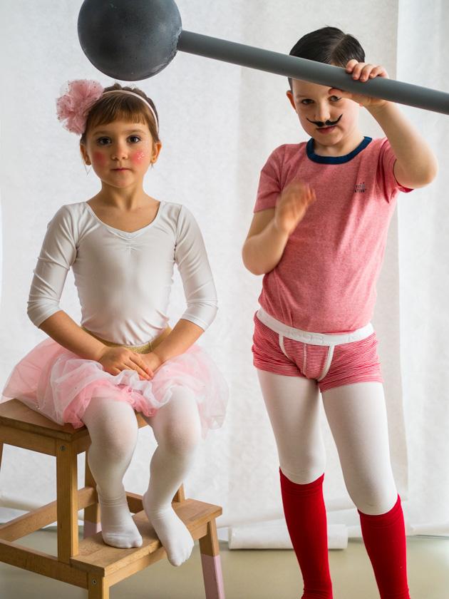 Kostüm Idee für die ganze Familie_Mädchen als Trapezkünstlerin und Junge als Gewichtheber verkleidet