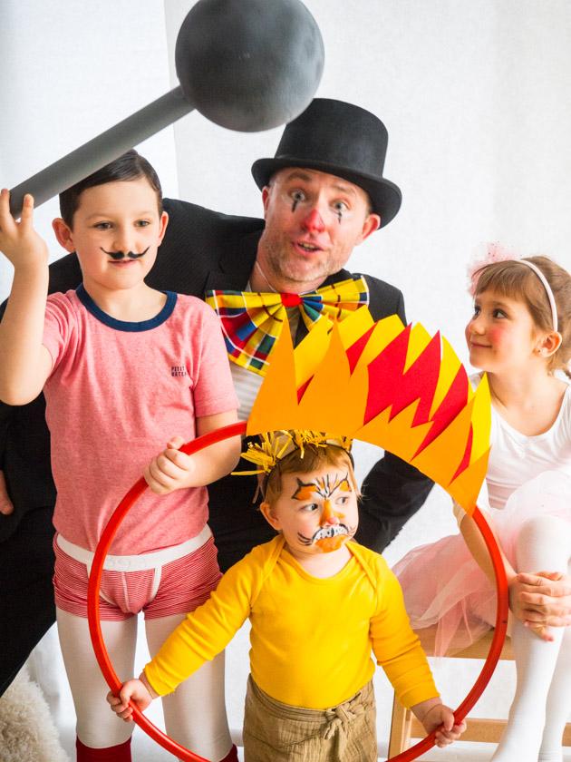 Kostüm Idee für die ganze Familie_Familie verkleidet als Zirkustruppe