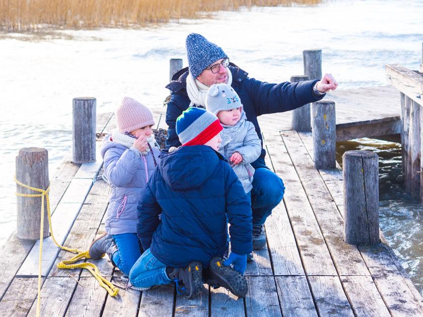 Mit Kindern gesund durch den Winter_Papa mit Kindern am Steg