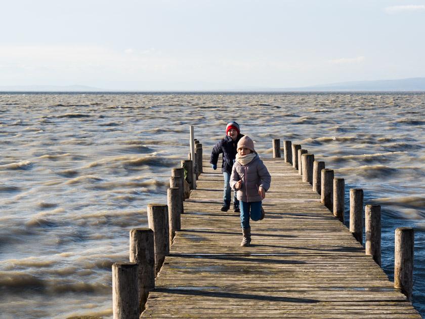 Mit Kindern gesund durch den Winter_zwei Kinder laufen am Steg