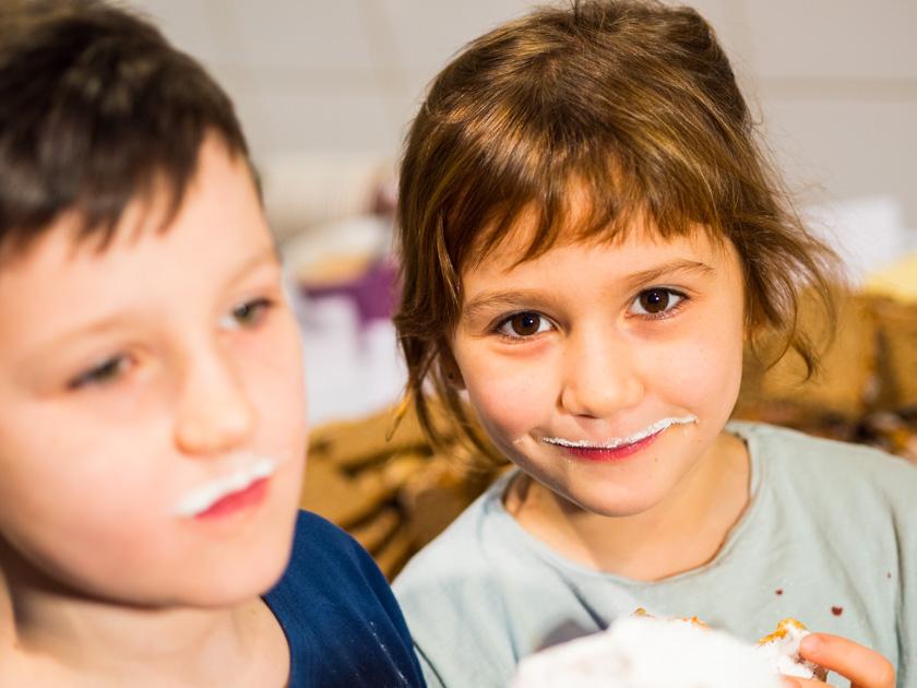 Krapfen backen mit Kindern_Mädchen mit Zuckerbart