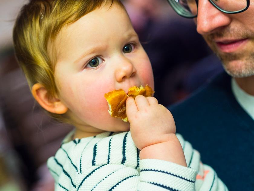 Krapfen backen mit Kindern_Kind Krapfen essend