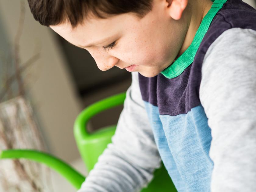 Sprossengarten mit Kindern_Junge beim anlegen des Sprossengartens