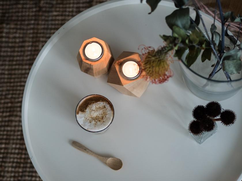 Alltagstipps für Mütter_Tisch mit Kaffee und Kerzen
