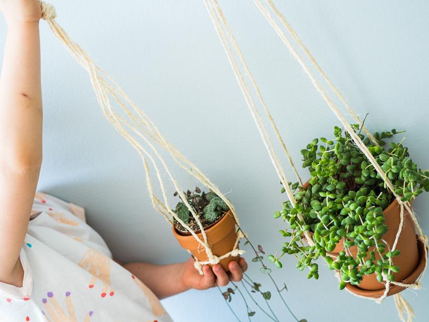 DIY Makramee Blumenampel_Mädchen hält Blumenampel