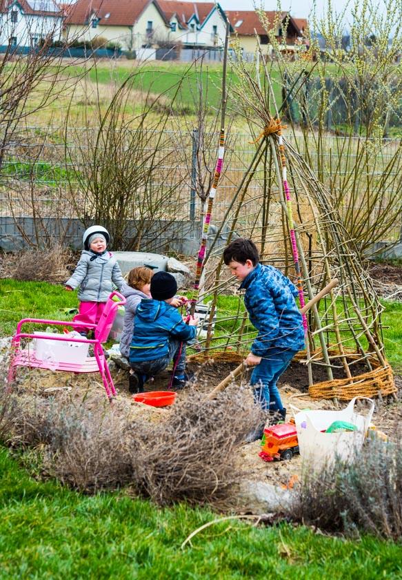 Weidentipi mit Kindern bauen_Gartenprojekt mit Kindern