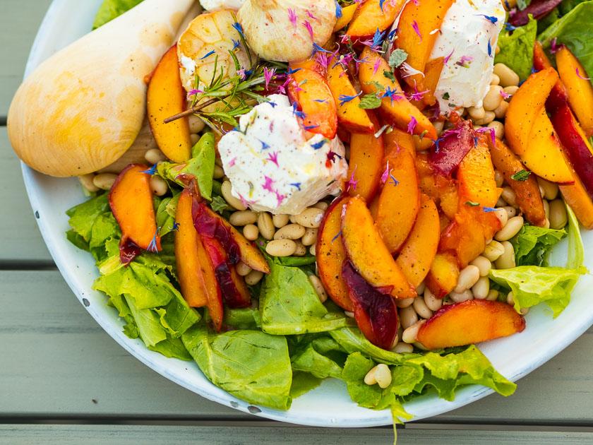 Als Mama fit bleiben_Salat mit Ziegenkäse und gebratenen Pfirsichen