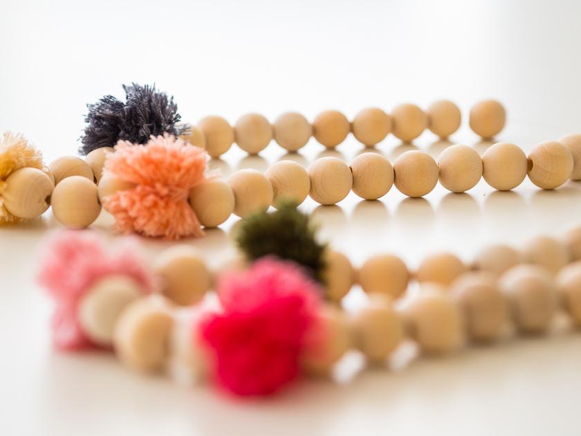 Einfache DIY Pom Pom Ketten_Perlen auffädeln