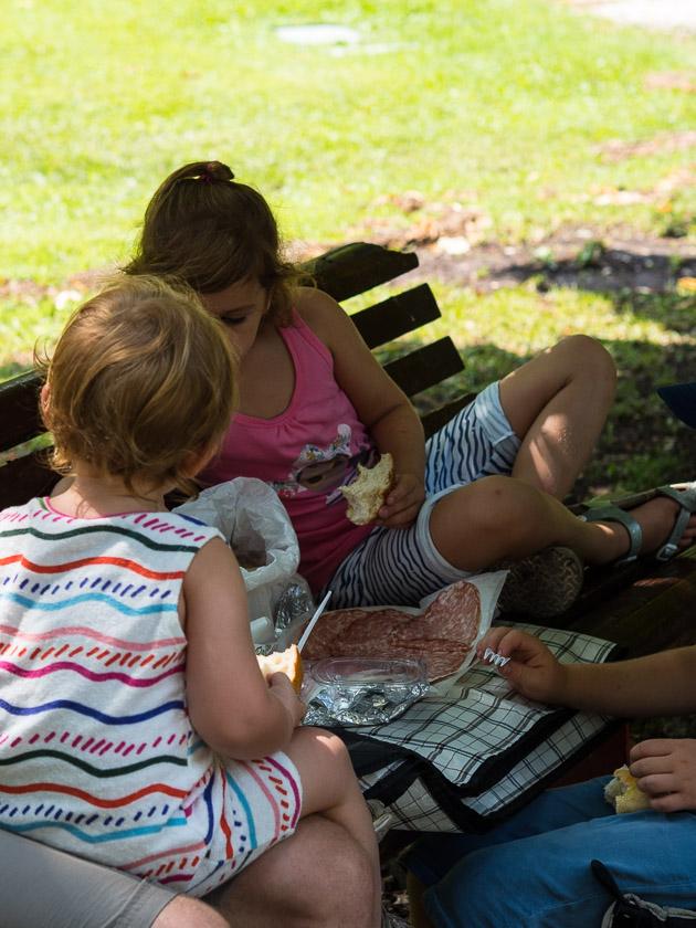 Urlaub am Gardasee mit Kindern_italienisches Picknick im Park