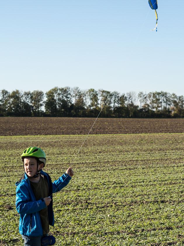 Mama mit Kindern im Herbst_Drachen steigen