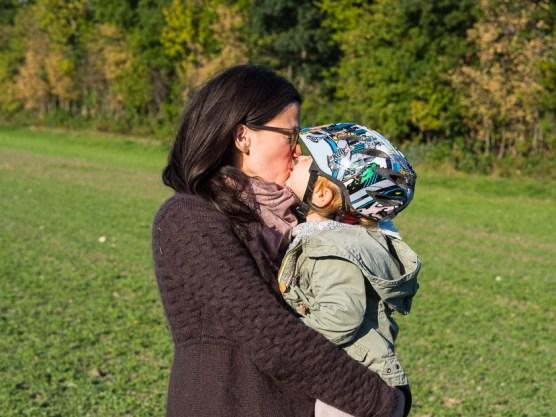 Mama mit Kindern im Herbst