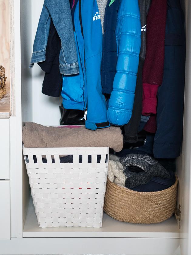 Vorraum für Familien_Kleiderstange und Schubladen