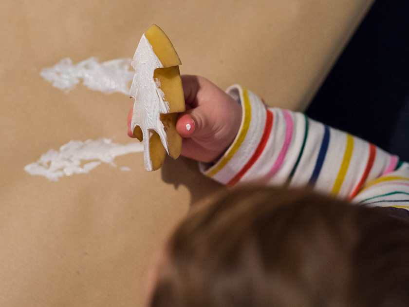 Basteln mit Kindern in der Adventszeit_Tannenbäume stempeln