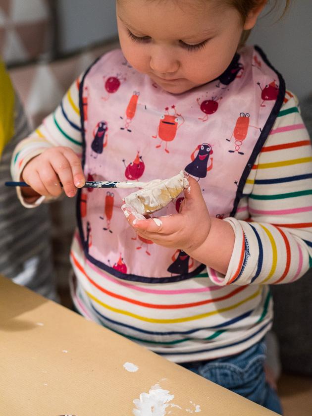 Basteln mit Kindern in der Adventszeit_Geschenkpapier gestalten