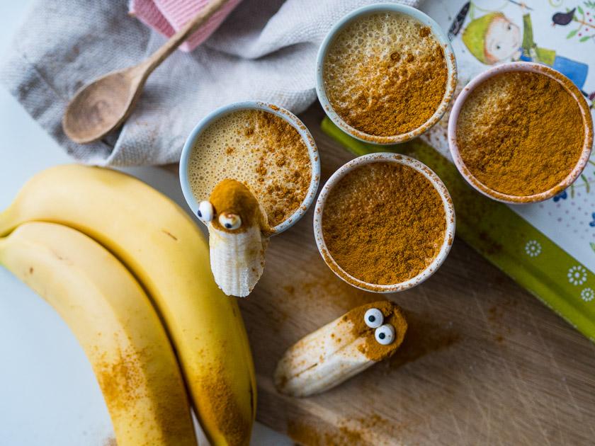 Familien Frühstückstisch_Kurkuma Banane Vanille Smoothie