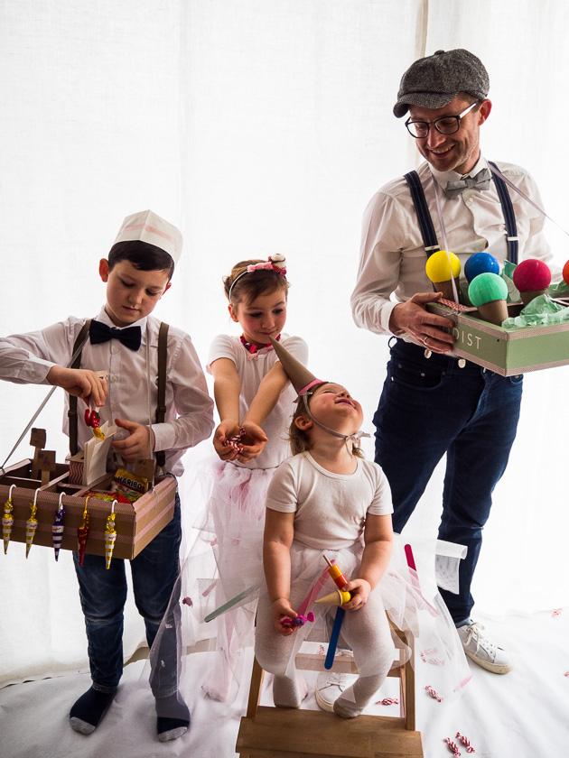Familien-Faschings-Verkleidung_Bauchladen Verkäufer