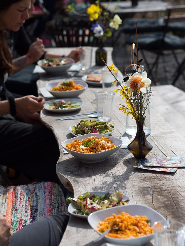 Familien-Küchengarten_draußen essen