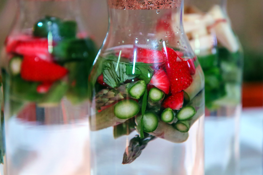 Kochevent Familienküche_Aromawasser mit Spargel & Erdbeeren