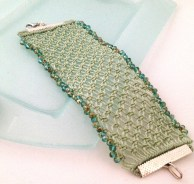Bracciale a fascia realizzato a mano a macramè in una sfumatura pastello del Lucite green Pantone.Cuff bracelet handmade in macramé in a shade of pastel Lucite green Pantone