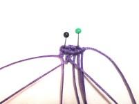 Tendere verso sinistra il quarto filo da sinistra e lavorarci sopra il terzo con il nodo cordoncino obliguo