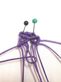 Tendere il secondo filo da sinistra verso sinistra e lavorarci sopra con i primo filo un nodo cordoncino, fare lo stesso con il quarto filo sul terzo.Ripetere con gli altri 4 fili