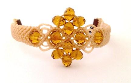 Bracciale a macrame con perline color ambra.