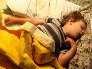 Niño dormido con boca abierta y mala postura corporal