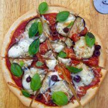 Aubergine mozzarella pizza