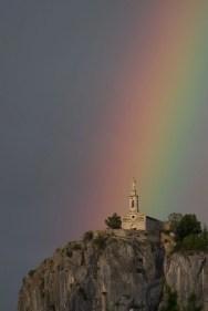 L'arc-en-ciel semble frapper la chapelle du Roc