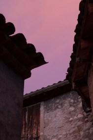 Ciel rosé dans les ruelles de Castellane