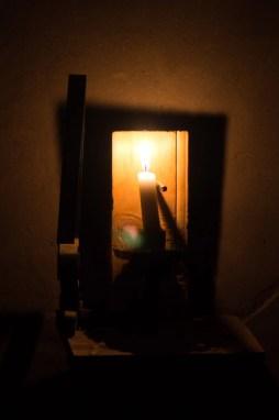 Chez la tante de Noah la douce lumière de la bougie nous éclaire