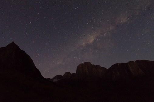 La Voie Lactée est encore visible au dessus du massif du Tsaranoro peu avant le lever du soleil