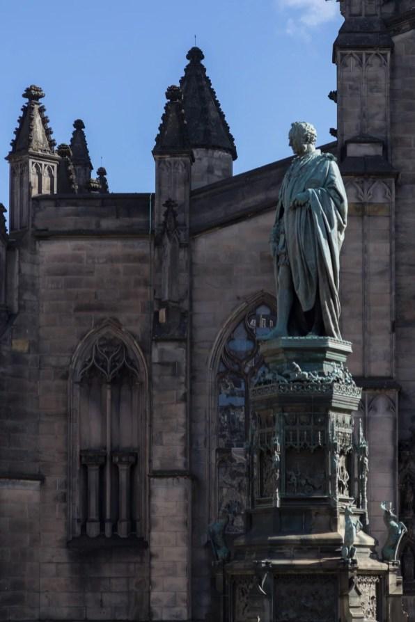 Devant la cathédrale Saint-Gilles