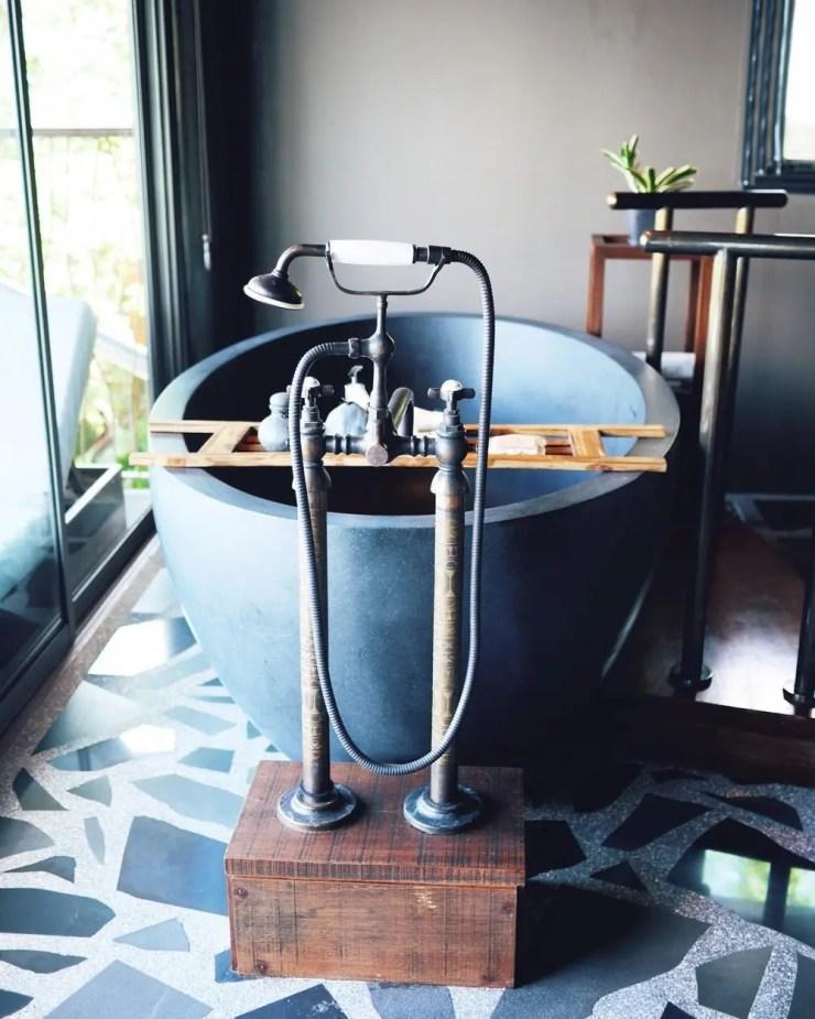 La salle de bain design, construite avec de beaux matériaux.