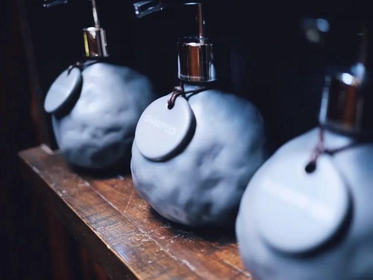 La bonne idée: Remplacer les bouteilles en plastique par de jolies bouteilles à remplir quotidiennement.