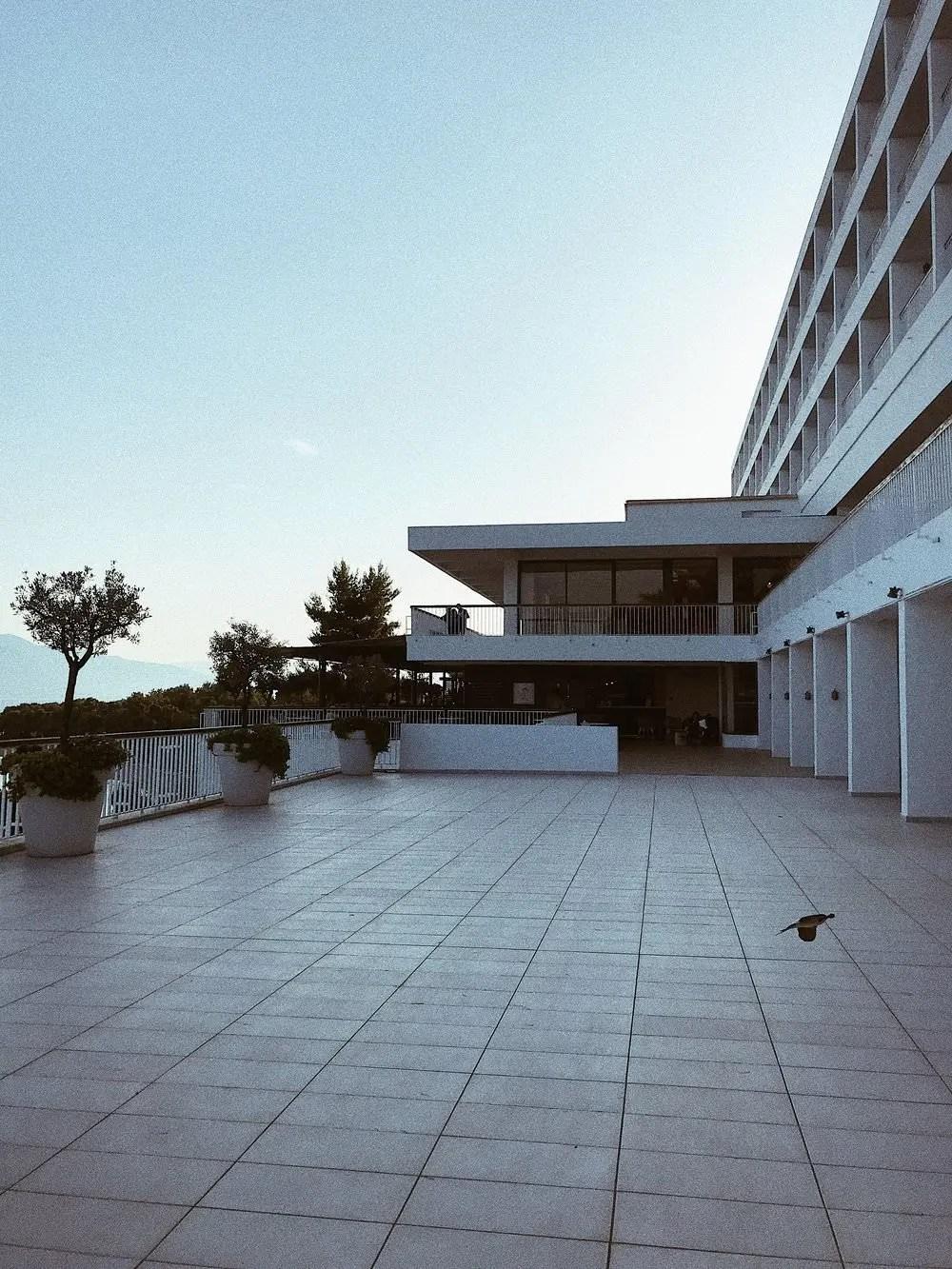 La terrasse du bâtiment principal