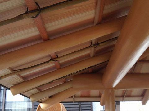 奈良県吉野産の杉の磨き丸太を使った茶室