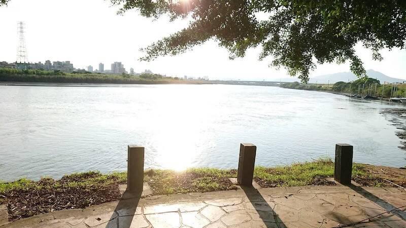 騎腳踏車暫歇基隆河右岸