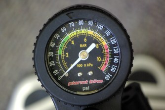 0.3km/h速く走るためのタイヤ空気圧設定。 ゲージ 空気圧管理