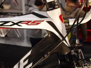 ヘッドチューブに出っ張り  【2018年モデル】MERIDA新型エアロロードバイク『リアクト』が明かされる。 ZXRS 剛性