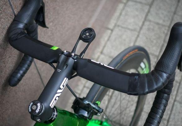 ハンドル:Enve「SES Aero Road Bar」 ステム:Enve「Carbon Road Stem」  バーテープ:Lizard Skins「DSP 2.5」