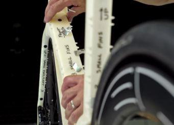 空力学的凸凹の付いた革新的エアロロードバイク『Diamondback IO』 ボルテックスジェネレイター 渦流生成器