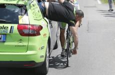 ツール・ド・フランス チームスタッフ5種、サコッシュを渡すのは誰?