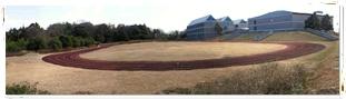 津市夢ヶ丘にあるトラックから見た三重県立看護大学キャンパス