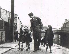 1943.1ロンドン_アメリカ人将校と部隊が「養子にした」イギリス人戦争孤児2