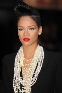 rihanna-2009-collares-perlas