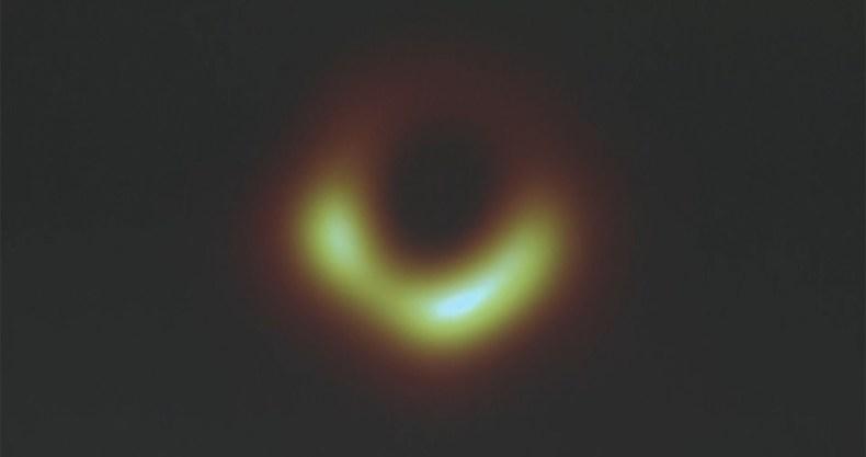 これがブラックホールとその周囲を映し出した人類史上初の快挙映像だ