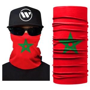 Een bandana in het rode met een groene ster over het gezicht van een paspop met zwarte pet en bril